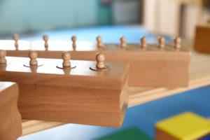 Matériel Montessori de vie sensorielle : les blocs cylindres