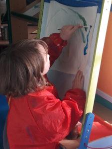 Enfant de 3 ans découvrant la peinture