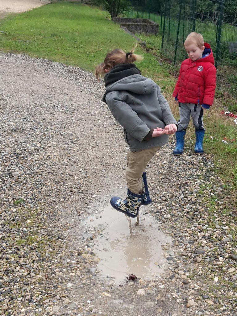 Joie d'un enfant sautant dans une flaque
