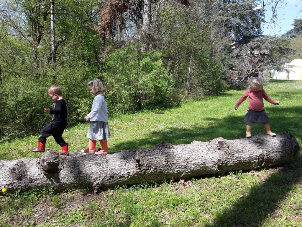 Jeu Libre dans le parc enfants de l'école Montessori Les Mini Colibris dans l'Ain